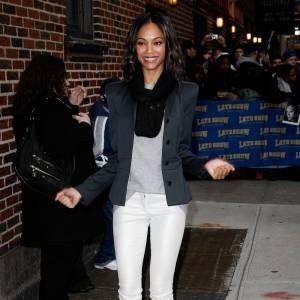 Fashionista émérite, Zoe Saldana mixe avec délice un petit top décontracté gris avec un legging court blanc brillant et une veste de blazer aux épaules marquées.