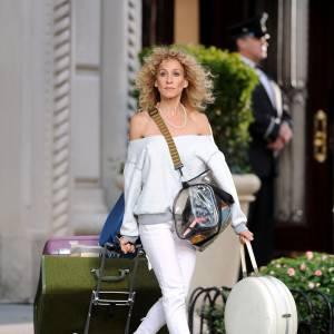 Non le coiffeur de Sarah Jessica Parker n'est pas mort. Il s'agit de la tenue de Carrie fraîchement débarquée à New York. Elle osait le pantalon droit relativement court sur la cheville avec une paire de converse et un pull oversized.