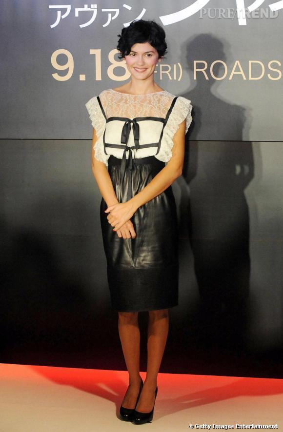 """Audrey Tautou en robe Chanel, lors de la conférence de presse pour """"Coco avant Chanel"""" à Tokyo joue de son indispensable N°1 : l'élégance et N°4 : les talons hauts."""