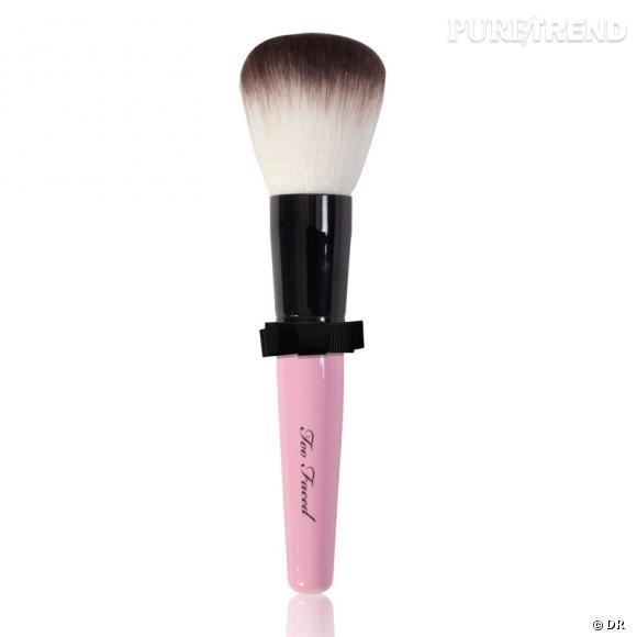 Pinceau Too Faced     Le pinceau retro Too Faced, l'indispensable pour un vanity glamour et rétro.    Prix:  28 euros