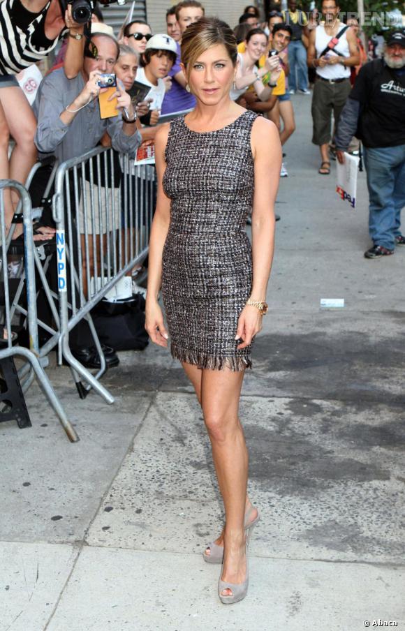 Jennifer Aniston en robe Dolce & Gabbana pour l'émission Daily Show with Jon Stewart.