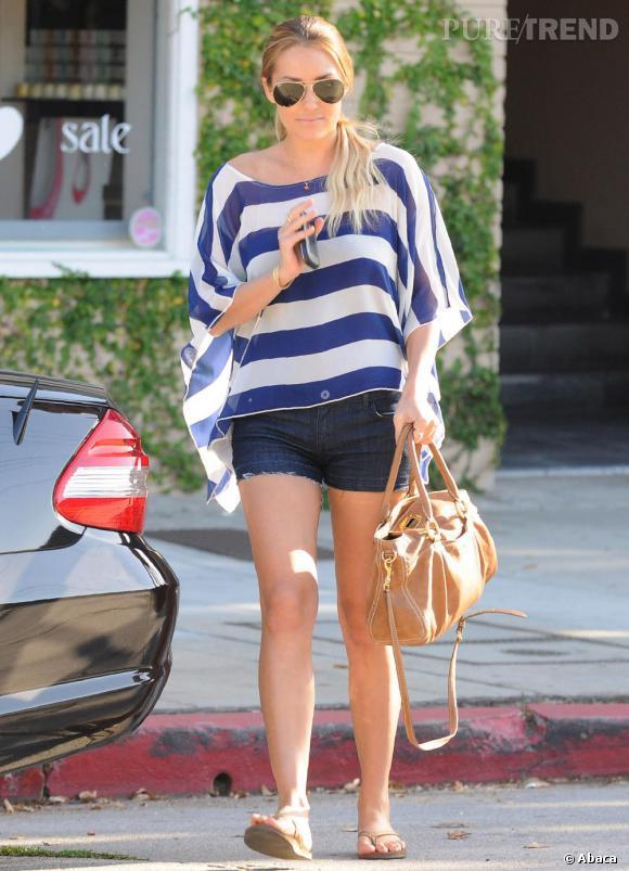 Lauren Conrad affiche un look casual mais tendance dans les rues de Los Angeles.