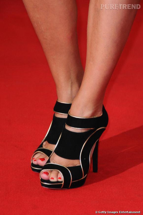 Jusqu'au-boutiste, Virginie coordonne peep-toe noire et vernis rouge.