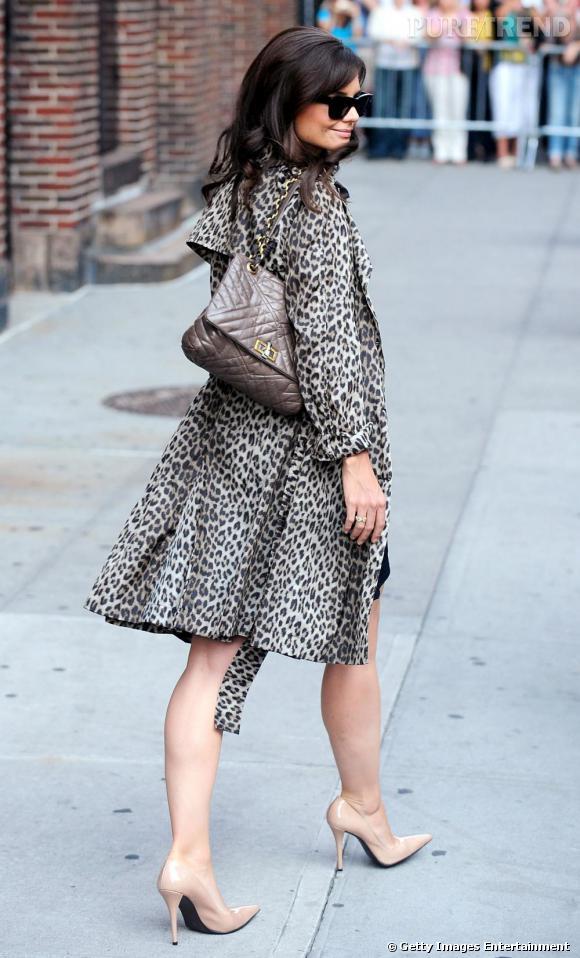 Katie Holmes version femme fatale en trench imprimé léopard et sac matelassé Lanvin.