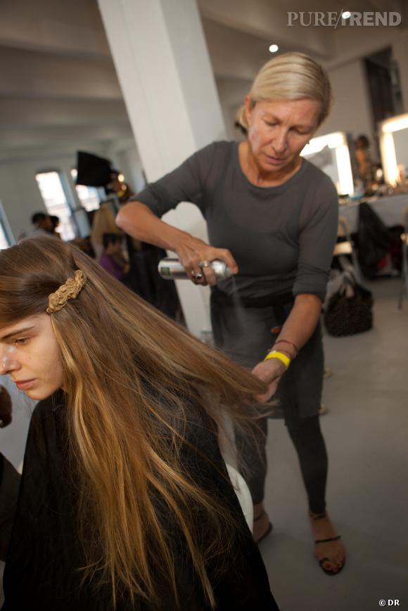 Dans les backstages beauté du défilé Rodarte     Odile Gilbert, hair artist pour la maison Aveda.