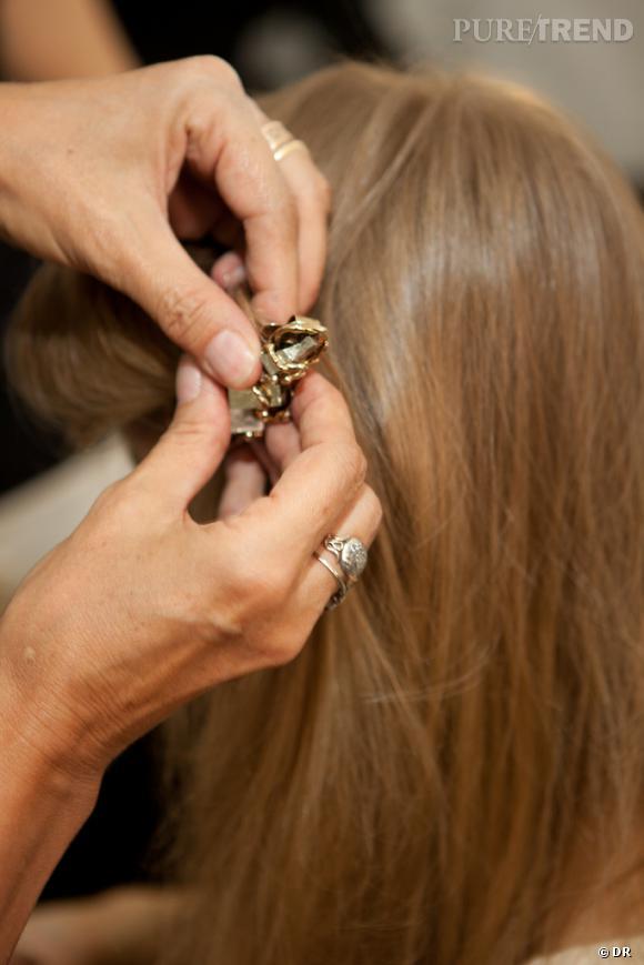 Dans les backstages beauté du défilé Rodarte     Un léger twist permet d'apporter une touche rétro à la coiffure.
