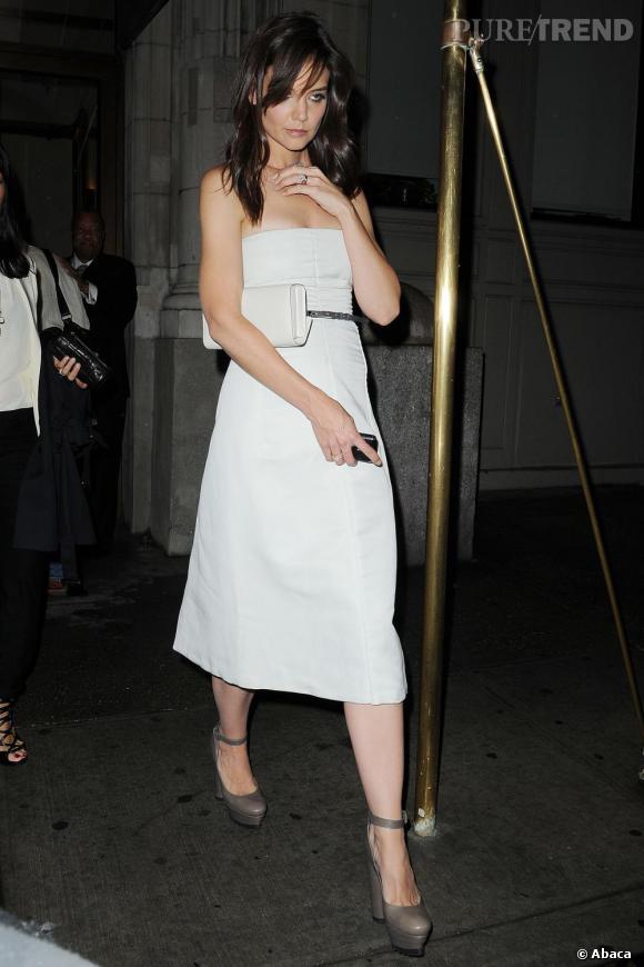 Toujours vêtue de crème, Katie choisit une robe plus longue.