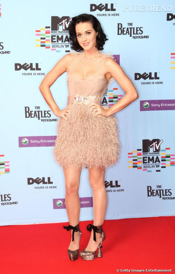 Le top maquillage  : Outre le fait d'être habillée à la perfection, Katy adopte aussi un superbe maquillage à la fois frais et discret.