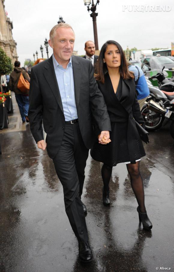 François-Henri Pinault et Salma Hayek devant l'Hôtel du Crillon pour le défilé Balenciaga.