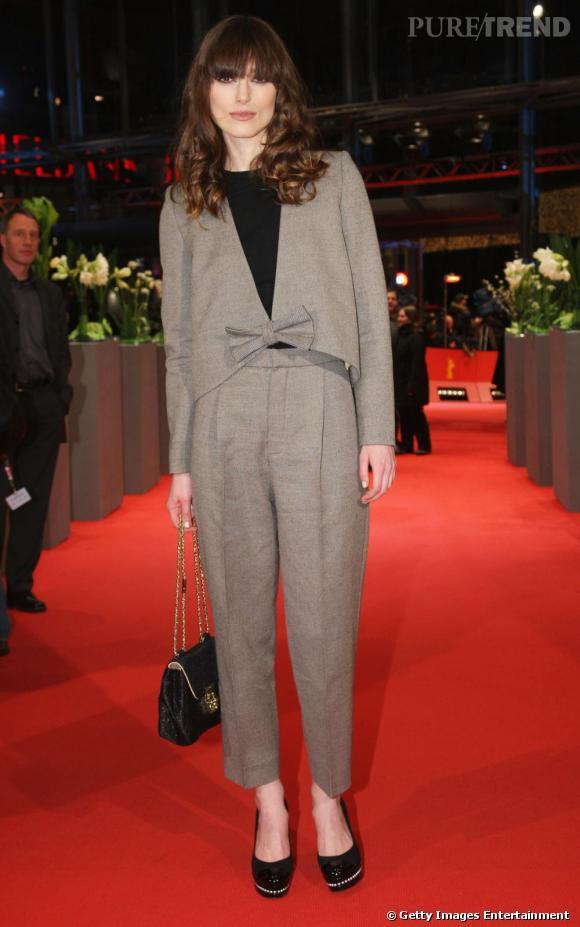 Il n'y a pas plus filiforme que la Britannique Keira Knightley. Elle arrive cependant à éviter de ressembler à une grande perche malgré le choix de l'uni. Son astuce : casser sa silhouette avec une veste s'arrêtant aux hanches.