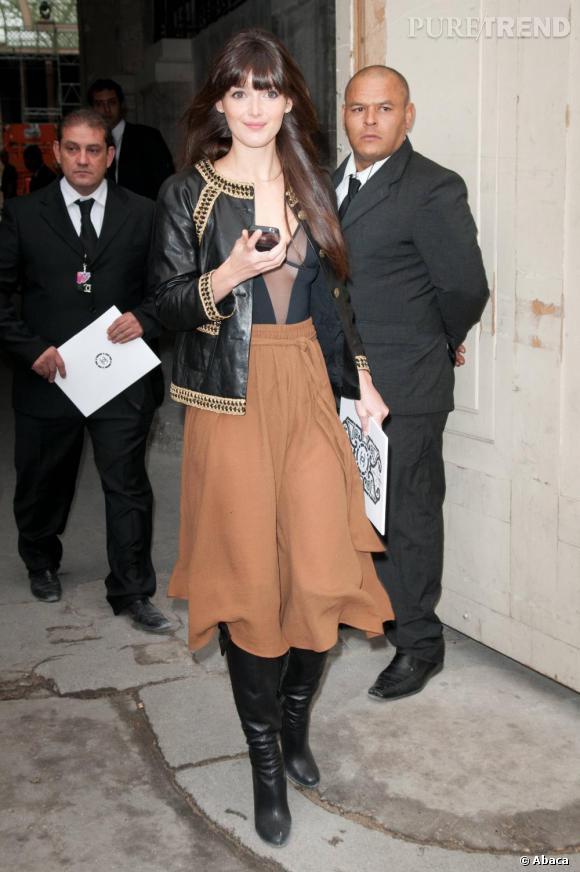 Charlotte Le Bon n'est pas la fille la plus pulpeuse qui soit et pourtant elle joue les plantureuses au défilé Chanel.    Son astuce  : l'encolure ronde de la veste qui accentue les épaules et l'illusion d'optique du V de son top qui lui dessine un corps en sablier.