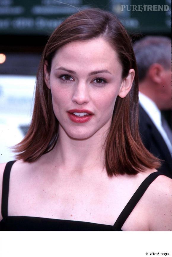 En 2001 pour la série Alias, Jennifer se tourne vers une couleur auburn lisse et brushée, les pointes vers l'extérieur.