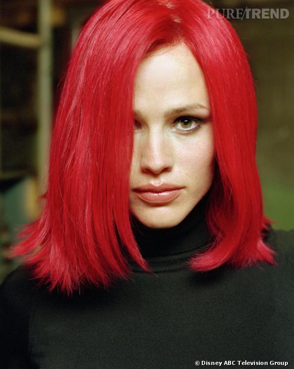 Perruque emblématique de la série  Alias , Jennifer arbore comme personne le carré rouge.