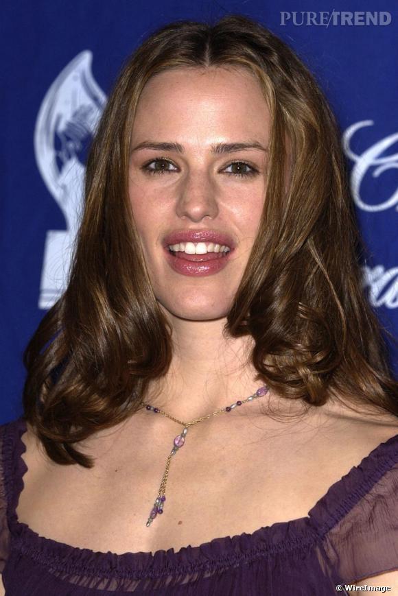 En 2002, l'actrice opte pour la raie au milieux les cheveux bouclés. Une coiffure pas vraiment convaincante.
