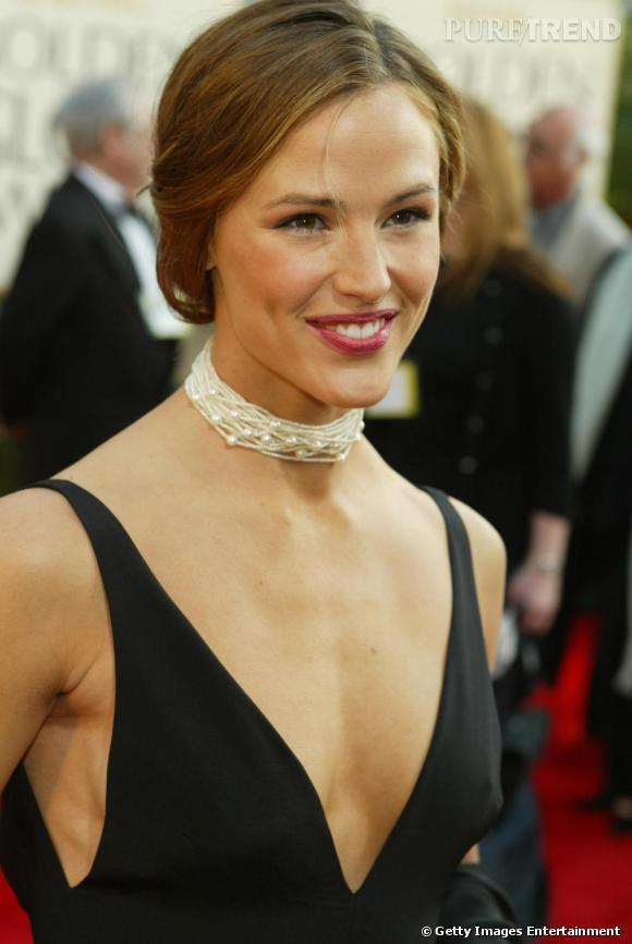 Pour les Golden Globes, l'actrice s'offre une coiffure un peu plus travaillée qu'à son habitude, un chignon bas et discret sur une chevelure un peu plus claire.