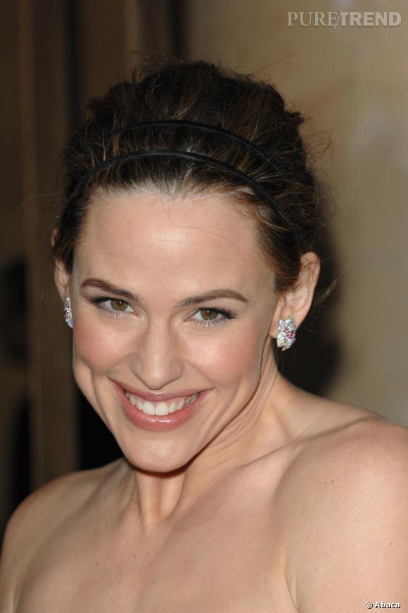 Sur red carpet en 2007, l'actrice arbore un petit chignon et ose le double serre-tête.