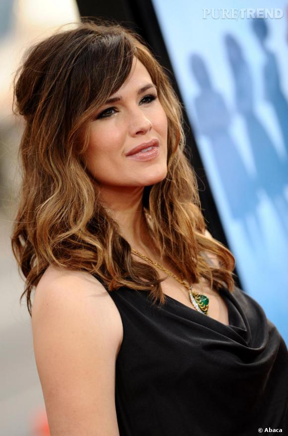 En 2009, l'actrice s'affiche les cheveux plus clairs et ondulés pour un effet plage. Elle conserve une longue mèche sur le côté et remonte une partie de ses cheveux pour une demi-queue de cheval un peu bouffante.