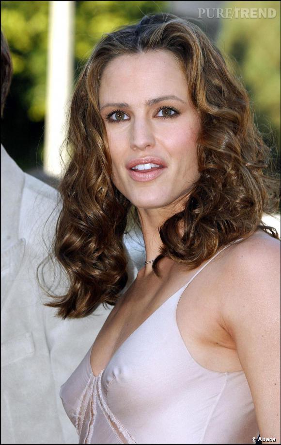 Un peu trop brushée et bouclée en 2003, la comédienne commet un faux-pas.
