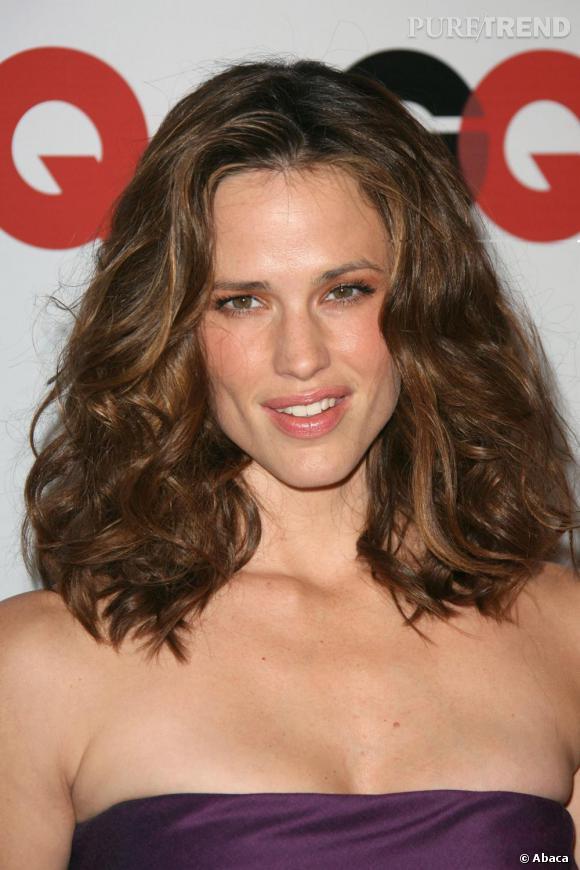 En 2006, la brunette s'offre une petite dose de volume sur une chevelure ondulée. Un succès.