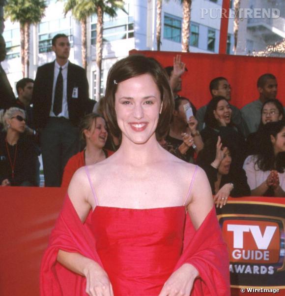 Lors d'une de ses premières apparitions en 2000, Jennifer Garner arbore un carré lisse à reflets rouges, la mèche de devant retenue par une barrette un peu enfantine.