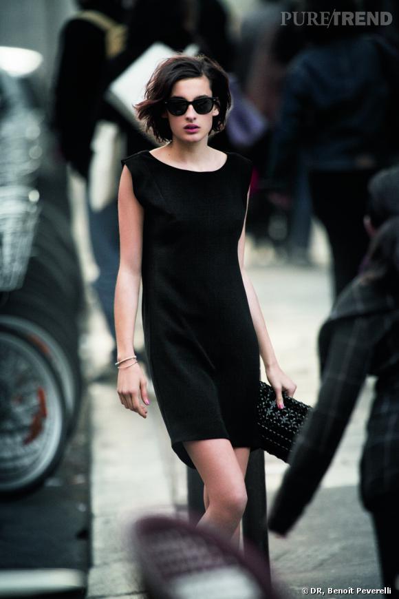 Nine d'Urso, chic et sophistiquée en mini-robe, pochette et lunettes noires.