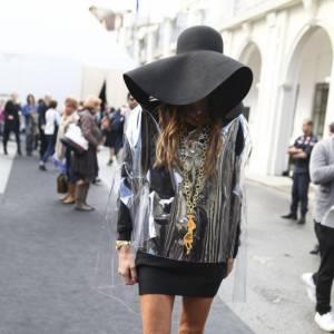 Streetstyle : l'automne en pente douce None sexy : Anna dello Russo arbore le total look Yves Saint Laurent avec aplomb. Ce qu'on aime : le ciré transparent et la capeline oversized.