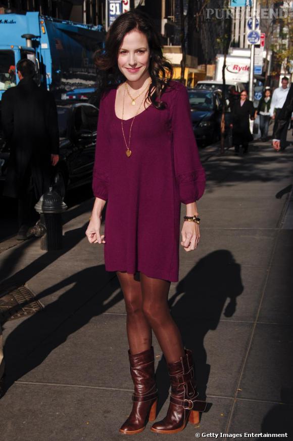 A 9 h : Mary-Louise se fait un look à la fois casual et féminin en robe pull et bottes en cuir.