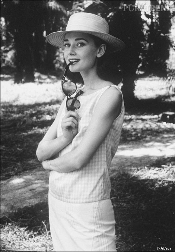 Les lunettes de soleil Dotée d'une grâce et d'une élégance folle, Audrey attirait tous les regards. Volonté de se protéger ou non, elle ne se séparait jamais de ses lunettes de soleil noires ou fumées... et toujours XXL.