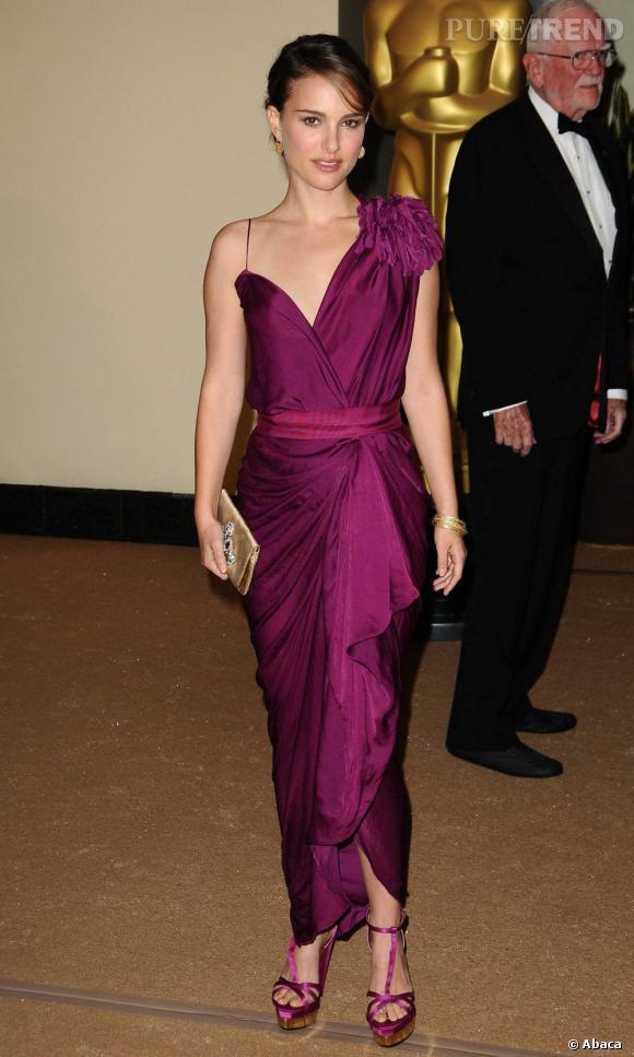 Natalie Portman, plus féminine que jamais, dans une délicate robe Lanvin Printemps 2011. Le plus ? L'effet drapé qui étoffe sa silhouette avec goût.