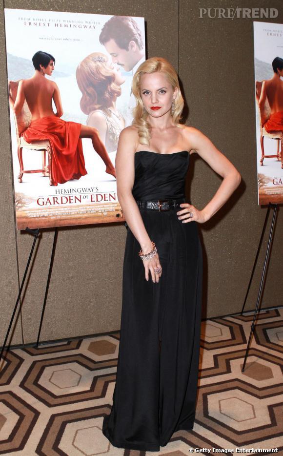 Longue robe glamour et crinière blonde platine, l'actrice est résolument rétro.