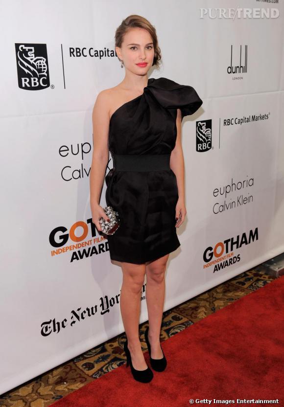 Pour parfaire sa tenue, Natalie se chausse d'escarpins noirs qui affinent sa silhouette.