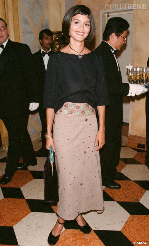 Audrey Tautou en 2001 : elle opte timidement pour une jupe longue et un large haut uni.