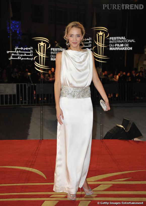 Hélène lumineuse en robe ivoire.