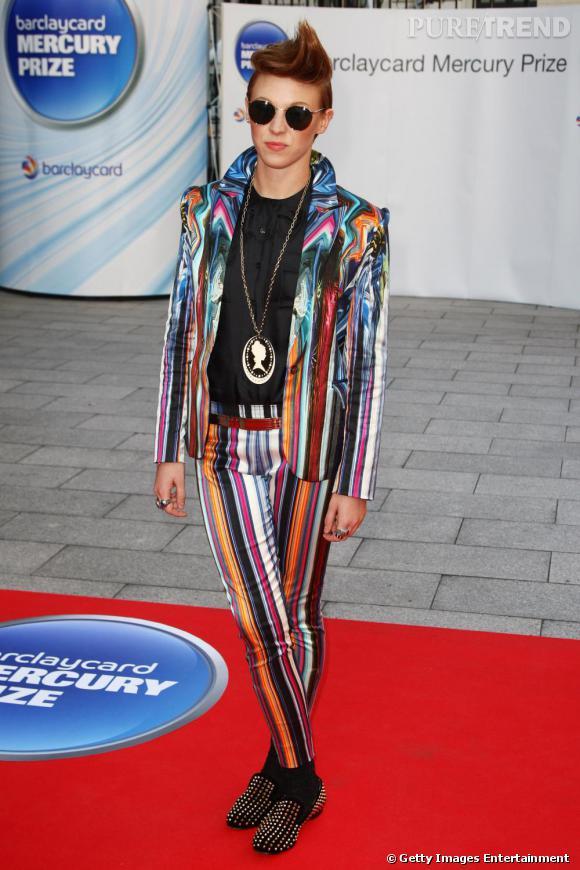 Mocassins à clous aux pieds, La Roux maîtrise le red carpet comme personne avec un costume satiné et multicolore.