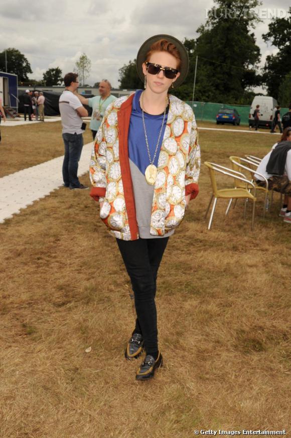 Habituées des concerts et des festivals, elle tente de passer incognito derrière des lunettes de soleil et un chapeau masculin.