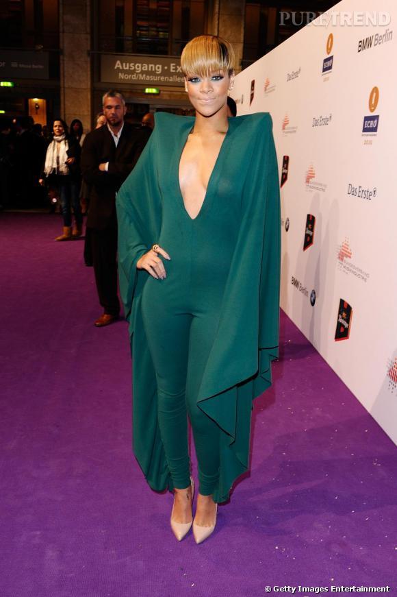 Rihanna, super-héroïne en total look monochrome.