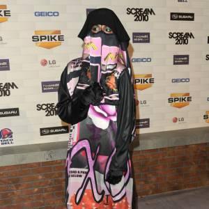 Toujours plus provocatrice, M.I.A. revisite la burqa.