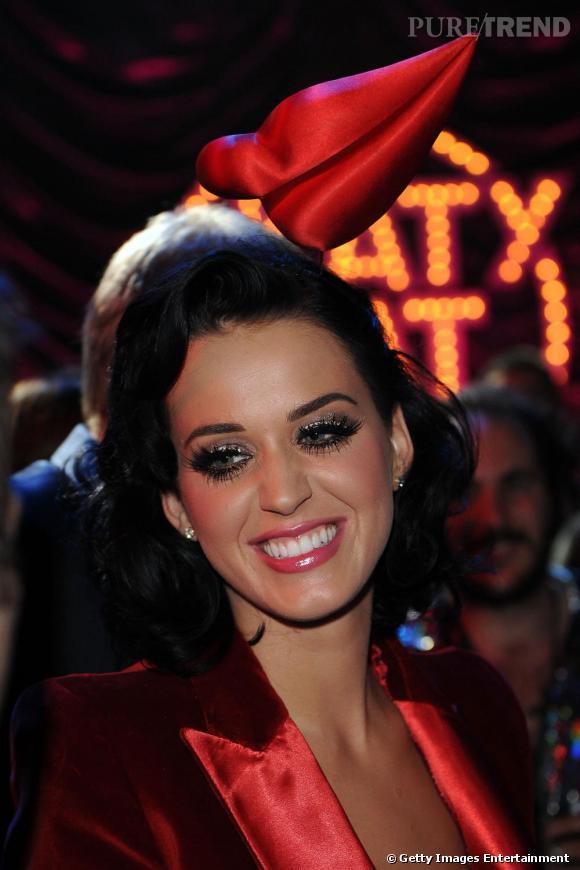 Une demi bouche sur la tête de la chanteuse Katy Perry...