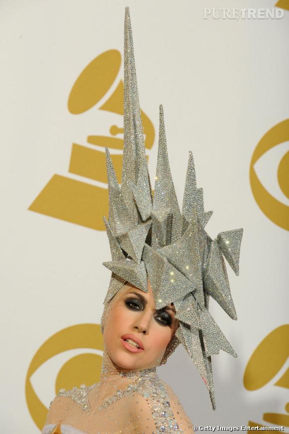 Fanatique du stylé décalé et inclassable, Lady Gaga est tout simplement sculpturale avec ce chapeau.