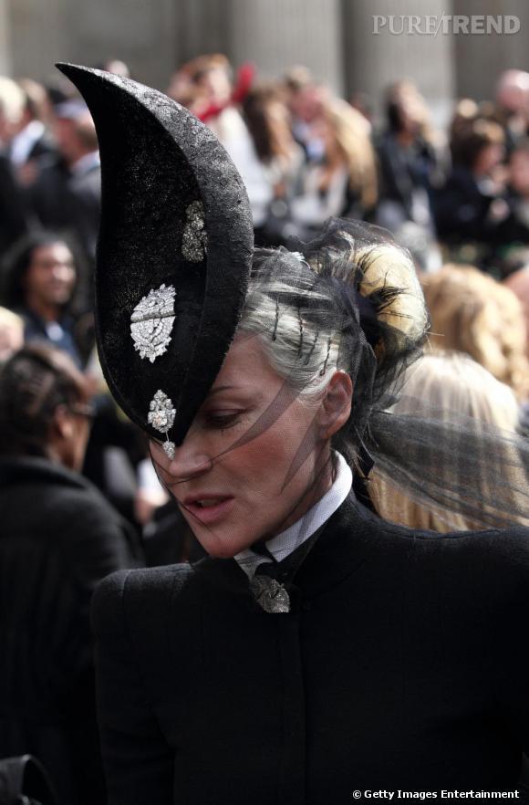 Excentrique, Daphné Guinness succombe aussi au charme des chapeaux décalés.