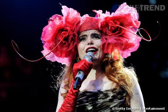 La chanteuse anglaise Paloma Faith orne son visage de deux grosses roses fuschia.