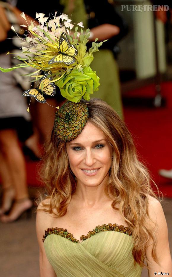 Fashionista hors pair, Sarah Jessica Parker assorti son bibi fleuri à sa robe. il semblerait presque qu'un bouquet de fleurs lui sorte du crane... Effet garanti !