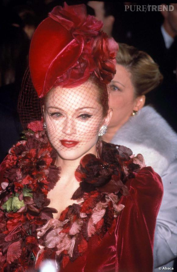 Chapeau velours rouge et petite voilette... Madonna a toujours su comment se démarquer.