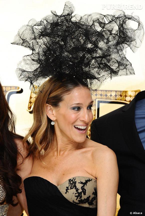 Une deuxième Sarah Jessica Parker avec un chapeau noir et vaporeux, tout aussi sculptural.