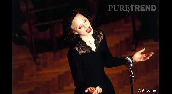 """Marion Cotillard : pour parfaitement interpréter Edith Piaf dans """"la Môme"""", l'actrice a dû se tondre les sourcils et le haut du crâne."""