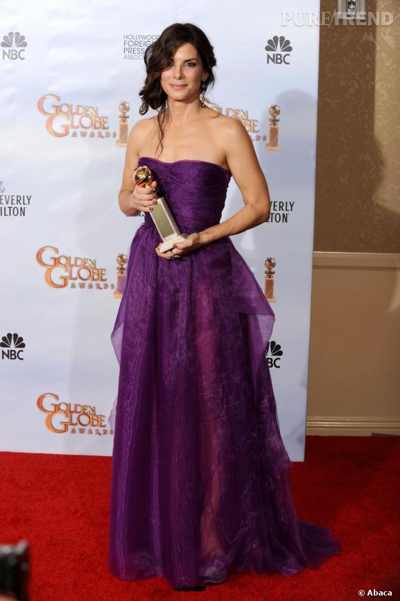 Robe bustier, légèrement tranparente, et chignon flou, Sandra Bullock est simplement belle.