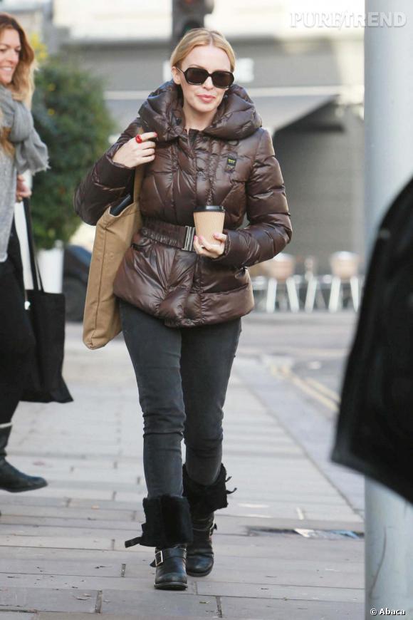 Heureusement, Kylie est une modeuse avertie et elle sauve son look avec de jolies lunettes et une bague bouche ravissante.
