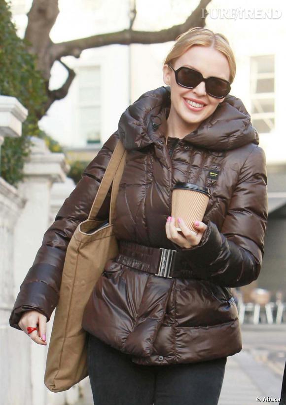 Kylie Minogue opte pour une épaisse doudoune, dans les rues de Londres.