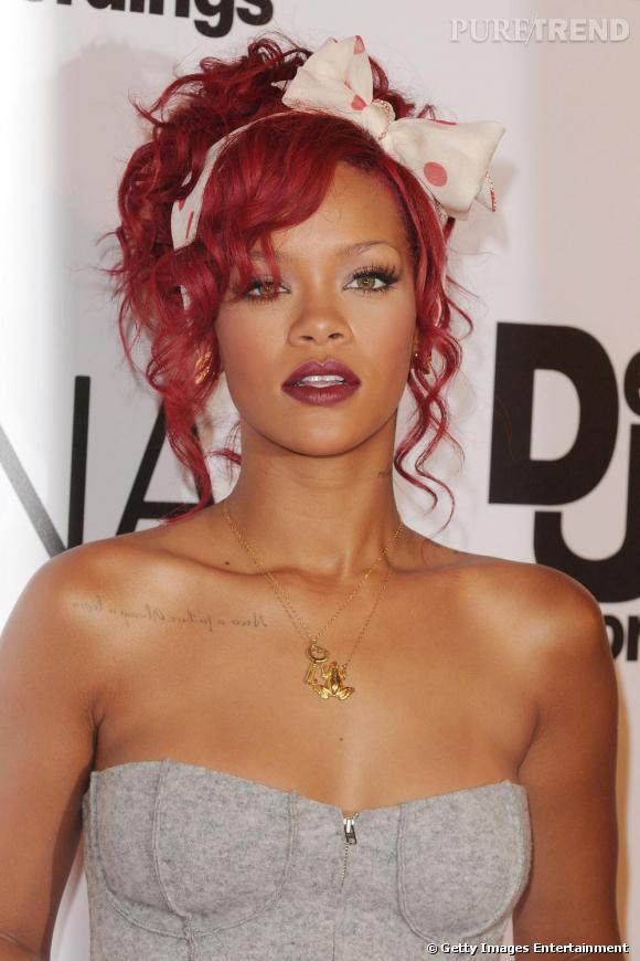 Lassée de ses cheveux noirs, la chanteuse opte pour un rouge criard plus déjanté.