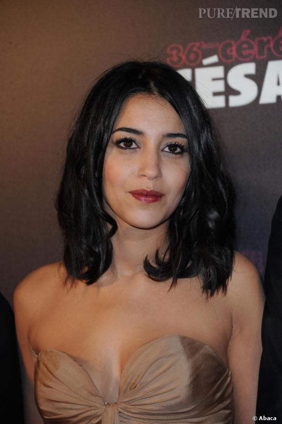 Bouche grenat et yeux charbonneux, l'actrice donne du piquant à sa mousseline nude.